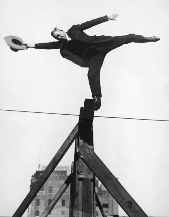 Ted Elders se balancea sobre unos andamios durante el Campeonato de Cowboys de Madison Square Garden, Nueva York, alrededor de 1945.