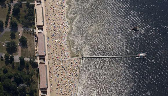 Personas toman sol y nadan en la playa de Wannsee, cerca de Berlín. Foto: Reuters