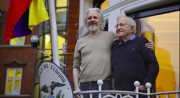 Noam Chomsky visitou Julian Assange na Embaixada do Equador em Londres