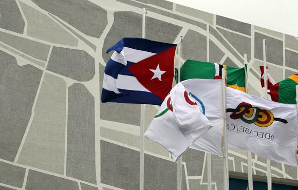 La bandera cubana ya ondea en la sede de los Juegos Centroamericanos y del Caribe. Foto: Ismael Francisco / Cubadebate