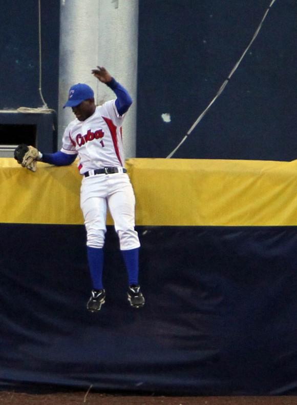 Roel Santos intenta coger una bola que se fue del parque. Foto: Ismael Francisco/Cubadebate.