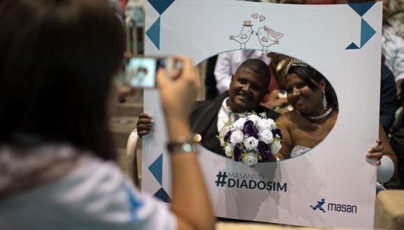Amor a una sola voz: 1.960 parejas se dan el sí en masiva boda en un gimnasio de Brasil. Foto: AFP