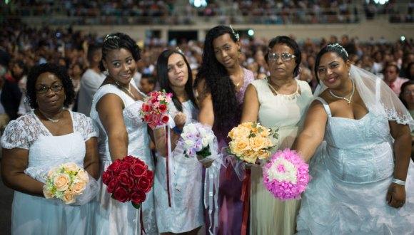 AFP/AFP - Algunas de las novias de las 1.960 parejas que se casaron en una ceremonia masiva en el estadio Maracaná, Rio de Janeiro, Brasil, el 30 de noviembre de 2014