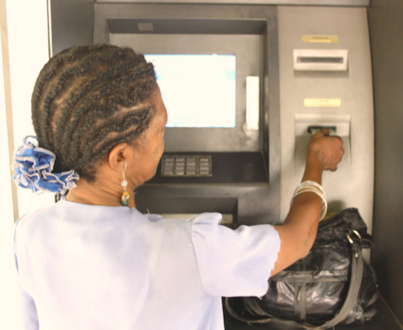 Lo que ha sucedido es que hasta finales del 2013 la red de cajeros automáticos no estuvo funcionando bien. Su disponibilidad no llegaba al 90 %, pero desde esa fecha hasta ahora están funcionando por encima de ese promedio.