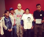 Con los padres de César Manuel desaparecido en Ayotzinapa y junto a Sofía viuda de Arturo Hernández. Hay una ley que me prohibe hablar por no ser mexicano pero ellos si lo son y esta noche van a hablar. Foto tomada de twitter