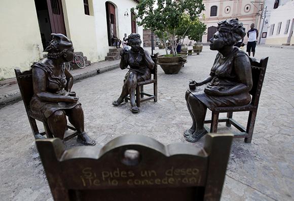 Las chismosas, obra de Marta Jiménez en la Plaza del Carmen. Foto: Ismael Francisco/Cubadebate.