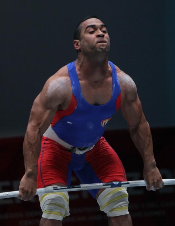 Ivan Cambar implanto nuevo record Centroamericano en la especialidad de envion de los 77 kg de las Pesas. Foto: Ismael Francisco / Cubadebate.