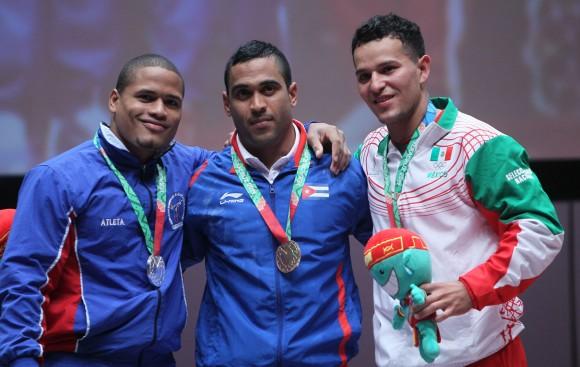Medallistas del envión en los 77 kg, encabezados por el cubano Iván Cambar, Campeón de la modalidad. Foto: Ismael Francisco/Cubadebate.