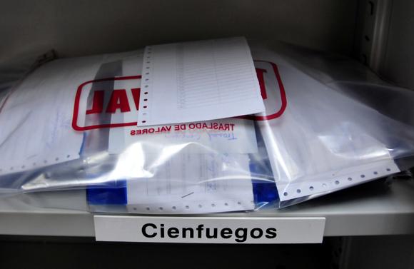 Proceso de embalaje de los documentos de identidad. Foto: Ladyrene Pérez/Cubadebate.