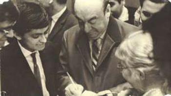 Lenin Díaz, ingeniero agrónomo y dirigente del PC chileno, junto al poeta Pablo Neruda, en 1970.