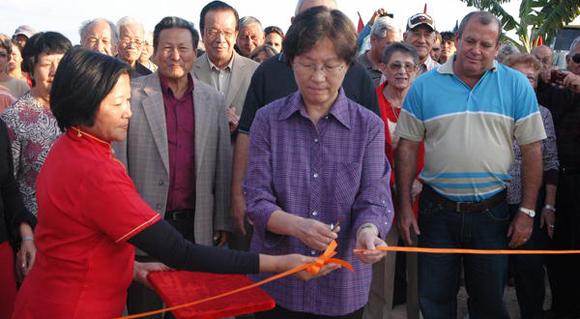 La embajadora de China en Cuba, Liu Yuqin, inaugura el Modulo Pecuario perteneciente a la Sociedad China Min Chih Tang, en Ciego de Ávila. Foto: AIN.