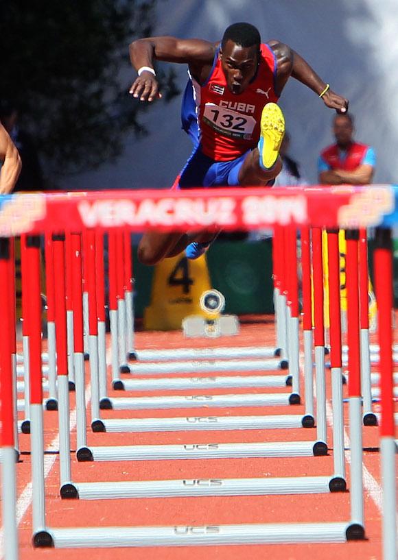Carlos Jhoanis Portilla en semifinales de los 110 c/v. Foto: Ismael Francisco/Cubadebate.