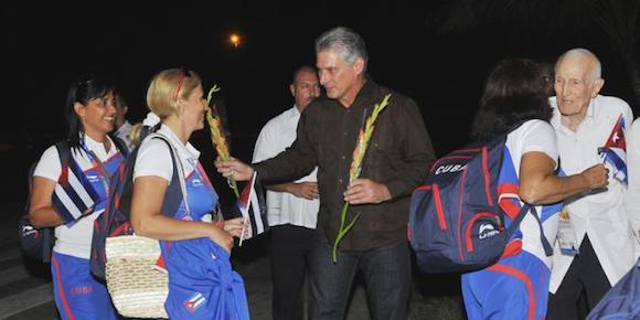Otro grupo de atletas participantes en Veracruz fue recibido anoche, en La Habana, por Miguel Díaz-Canel y José Ramón Fernández. Foto: Juvenal Balán