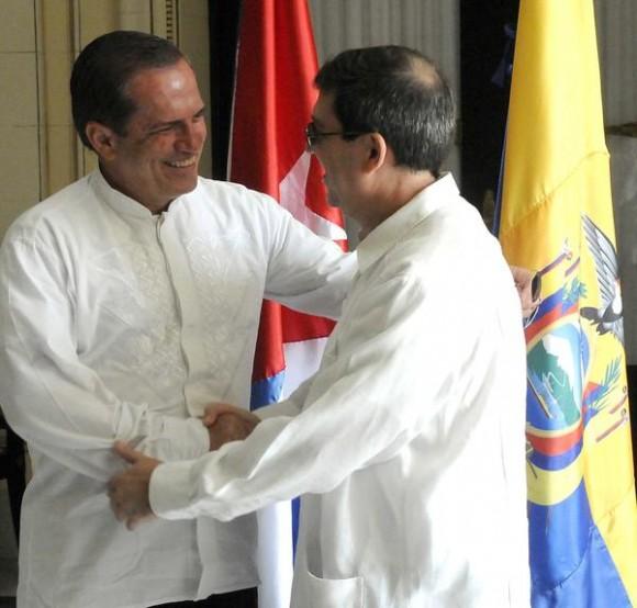 Bruno Rodríguez (D) ministro de relaciones exteriores de Cuba (MINREX) recibe a su homologo de Ecuador  Ricardo Patiño(I), en la sede de la cancillería cubana, en La Habana, el 24 de noviembre de 2014.AIN FOTO/Abel PADRÓN PADILLA