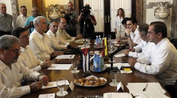 Conversaciones oficiales entre Bruno Rodríguez (segundo,I) ministro de relaciones exteriores de Cuba (MINREX) y su homologo de Ecuador  Ricardo Patiño(primero,D) en la sede de la cancillería cubana, en La Habana, el 24 de noviembre de 2014.AIN FOTO/Abel PADRÓN PADILLA/rcc