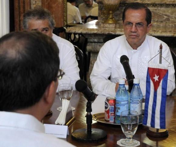 Conversaciones oficiales entre Bruno Rodríguez (espalda) ministro de relaciones exteriores de Cuba (MINREX) y su homologo de Ecuador  Ricardo Patiño(frente) en la sede de la cancillería cubana, en La Habana, el 24 de noviembre de 2014.AIN FOTO/Abel PADRÓN PADILLA/rcc