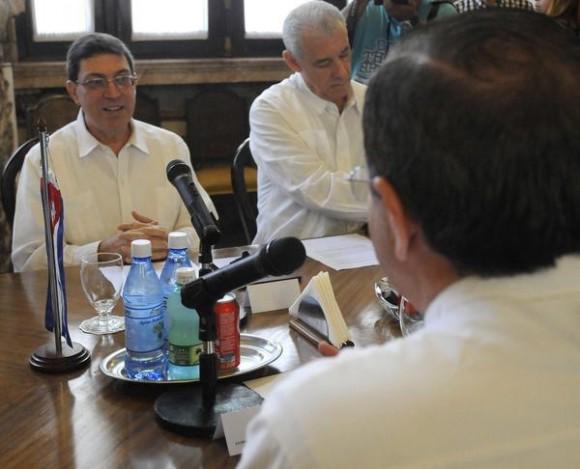Conversaciones oficiales entre Bruno Rodríguez (frente) ministro de relaciones exteriores de Cuba (MINREX) y su homologo de Ecuador  Ricardo Patiño(espalda) en la sede de la cancillería cubana, en La Habana, el 24 de noviembre de 2014.AIN FOTO/Abel PADRÓN PADILLA/rcc