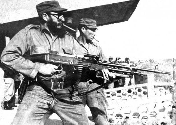 Fidel en práctica de tiro probando una ametralladora de trípode sostenida en las manos. La foto estaba dentro de un cuarto que sirvió de laboratorio fotográfico en el CENSA. Autor desconocido. Imagen restaurada por Cubadebate.