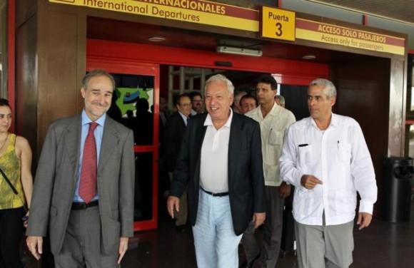 El ministro de Asuntos Exteriores de España, José Manuel García-Margallo (c), llega a La Habana (Cuba). García-Margallo realiza la primera visita oficial a la isla de un jefe de la diplomacia española desde 2010, también el primer viaje de un ministro del Gobierno de Mariano Rajoy a Cuba. Foto: EFE.