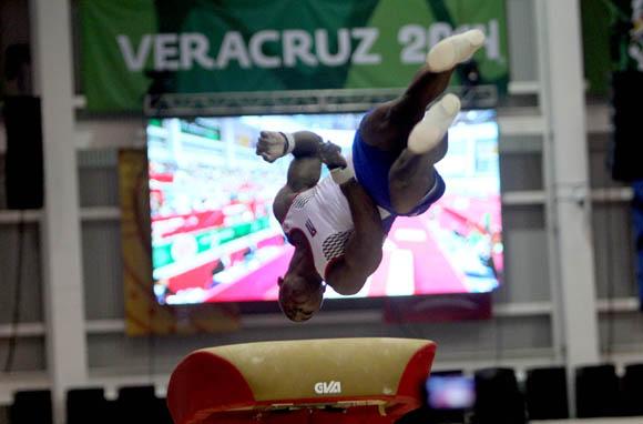 Manrique Larduet, oro en caballo de salto, Plata en Paralelas y Barra fija. Foto: Ismael Francisco / Cubadebate.