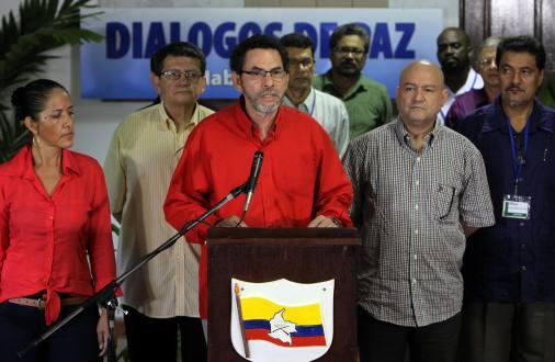 LA HABANA. El comandante de las Fuerzas Armadas Revolucionarias de Colombia (FARC) Félix Antonio Muñoz Lascarro, alias Pástor Alape, lee un comunicado del grupo guerrillero en La Habana (Cuba). El equipo de paz de las FARC declaró más temprano no poder confirmar si realmente el general Rubén Darío Alzate está en manos de la guerrilla. Un frente Iván Ríos anunció el secuestro. EFE