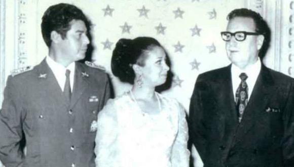 El capitán de Carabineros José Muñoz junto a su esposa y al presidente Salvador Allende.