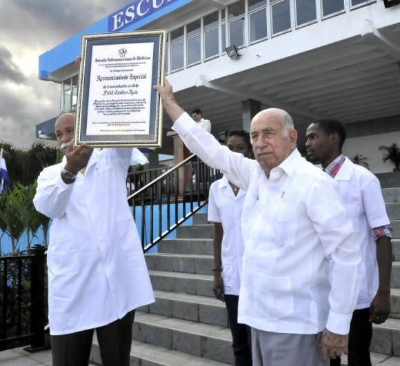 El doctor José Ramón Machado Ventura, segundo secretario del Partido Comunista de Cuba y vicepresidente de los Consejos de Estado y de Ministros Ventura, presidió  este viernes  el acto por el XV aniversario de la Escuela Latinoamericana de Medicina (ELAM), de La Habana. Foto: Granma