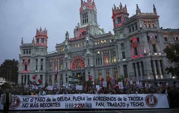 """Cientos de personas se han manifestado esta tarde por las calles del centro de Valencia en las """"Marxes per la dignitat"""" bajo el lema """"No a la corrupción!"""". Foto: EFE"""