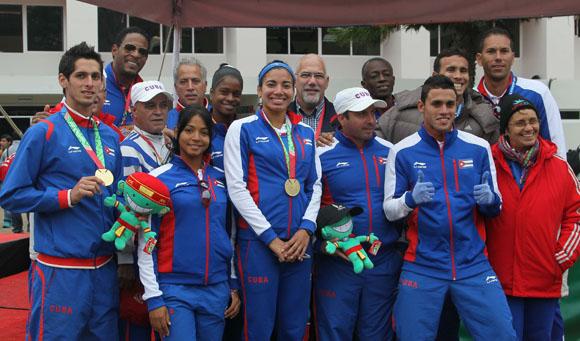 Antonio Becali y parte de la delegacion cubana junto a los atletas de Pentalon Moderno. Foto: Ismael Francisco / Cubadebate.