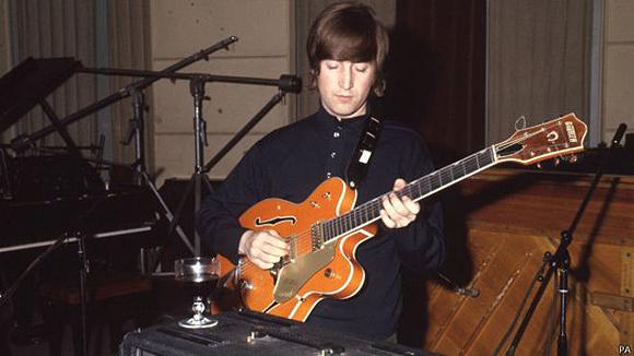 La guitarra fue diseñada en los años 50 y es favorita de músicos desde el virtuoso del Blues Eric Clapton hasta Pete Townsend de The Who.