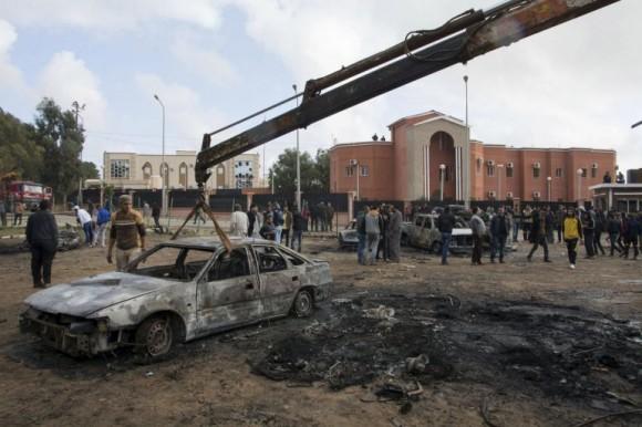 Una grua retira los restos de un vehículo calcinado por la explosión en la ciudad de Shahat, frente al edificio en el que el enviado de la ONU Bernardino León iba a reunirse con el primer ministro Al Thini / STRINGER (REUTERS)