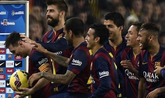 Los jugadores del Barcelona celebran a Lio Messi al final del partido. Foto: AFP
