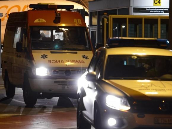 Escoltada, ambulância transporta o médico cubano Félix Báez, vítima de ebola, do aeroporto ao Hospital Universitário de Genebra (Foto: AFP Photo/Fabrice Coffrini)