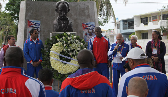 Depositan ofrenda Floral a busto de José Martí, en la calle Martí, Veracruz. Foto: Ismael Francisco/Cubadebate.