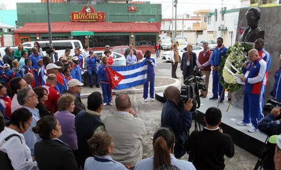 Depositan ofrenda Florar a busto de José Martí, en la calle Martí, Veracruz. Foto: Ismael Francisco/Cubadebate.