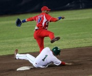 Yulieski Gurriel, en segunda base. Foto: Ismael Francisco / Cubadebate.
