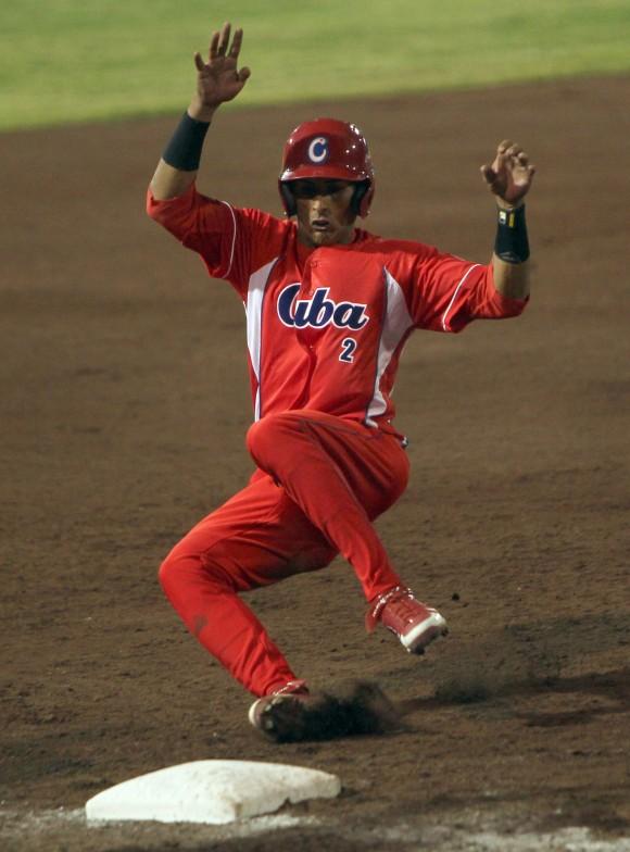 Dainer Moreira llega quieto a tercera base. Foto: Ismael Francisco / Cubadebate.