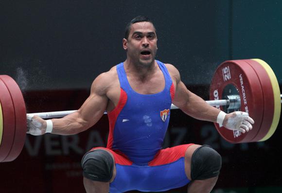 El cubano Iván Cambar ganó medalla de Plata en las Pesas en los 77 kg. Foto: Ismael Francisco / Cubadebate.
