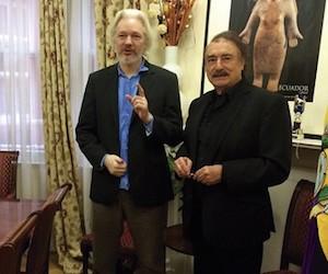 Ignacio Ramonet (I) y Julian Assange en la Embajada de Ecuador en Londres. Foto: Le Monde Diplomatique.