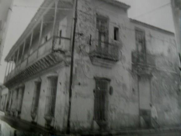 Casa de la Familia Russeau Bueno, en la esquina de San Félix y Santa Lucia, lugar donde se ubicó la dirección del Levantamiento Nacional del 30 de Noviembre de 1956.