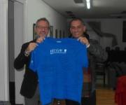 El doctor Gerone y Félix. Este último muestra un pulóver que le regalaron, con sus firmas, las personas que lo atendieron.