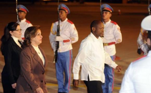"""Denzil Llewellyn Douglas (CD), Primer Ministro y Ministro  de Finanzas, Desarrollo Sostenible y de Recursos Humanos FEDERACIÓN DE SAN CRISTÓBAL y Nieves, fue recibido por María Esther Reus (I), a su llegada al aeropuerto internacional """"José Martí"""", para participar en la XIII Cumbre ALBA-TCP, en La Habana, Cuba, el 13 de diciembre de. AIN FOTO/Abel PADRÓN PADILLA"""