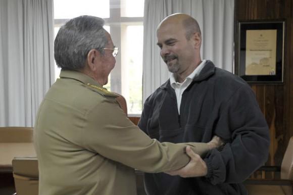 El General de Ejercito Raúl Castro Ruz (I), Primer Secretario del Comité Central del Partido Comunista de Cuba(CC PCC), y Presidente de los Consejos de Estado y de Ministros, recibe a nuestro héroe Gerardo Hernández Nordelo (D), a su arrivo a la patría, en La Habana, el 17 de diciembre de 2014.    AIN  FOTO/ Estudios Revolución