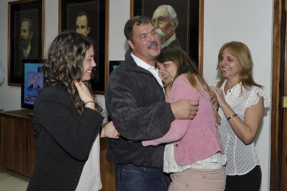 Nuestro héroe Ramón Labañino(C), con su esposa Elisabeth, y dos de sus hijas,  a su arrivo a la patría, en La Habana, el 17 de diciembre de 2014.    AIN  FOTO/ Estudios Revolución