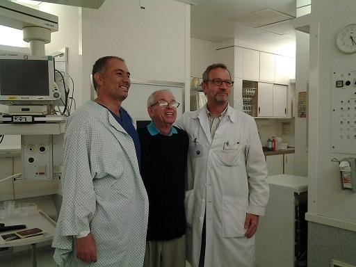En Ginebra, a pocas horas de dado de alta Félix Báez, su primer paciente con ébola. A la derecha, el doctor Gerome Pugin, jefe del equipo que atendió al médico cubano. Foto: Cortesía del entrevistado.