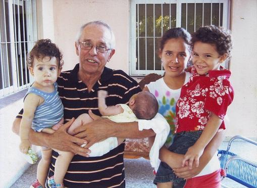 En momentos felices con sus nietos.