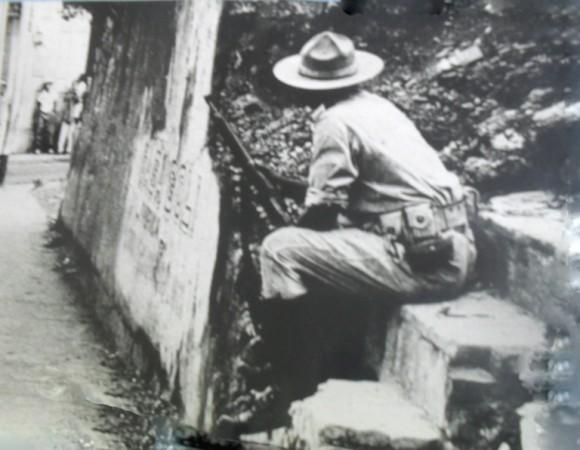 Soldado de la Tiranía sentado en las ruinas del cuartel de la Policía Nacional en la loma del Intendente.