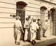 Soldados de la tiranía ocuparon la Catedral de Santiago de Cuba, para combatir a los francos tiradores,  violando la inmunidad eclesiástica. Foto: Verde Olivo / Archivo.