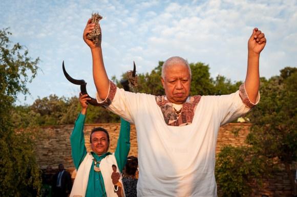 Miembros de la tribu Khoe durante un acto ceremonial en homenaje a Mandela. Foto: AFP.