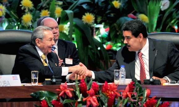X Aniversario del ALBA-TCP. Raul Castro Ruz y Nicolas Maduro, se saluda. Foto: Ricardo López Hevia/ Granma